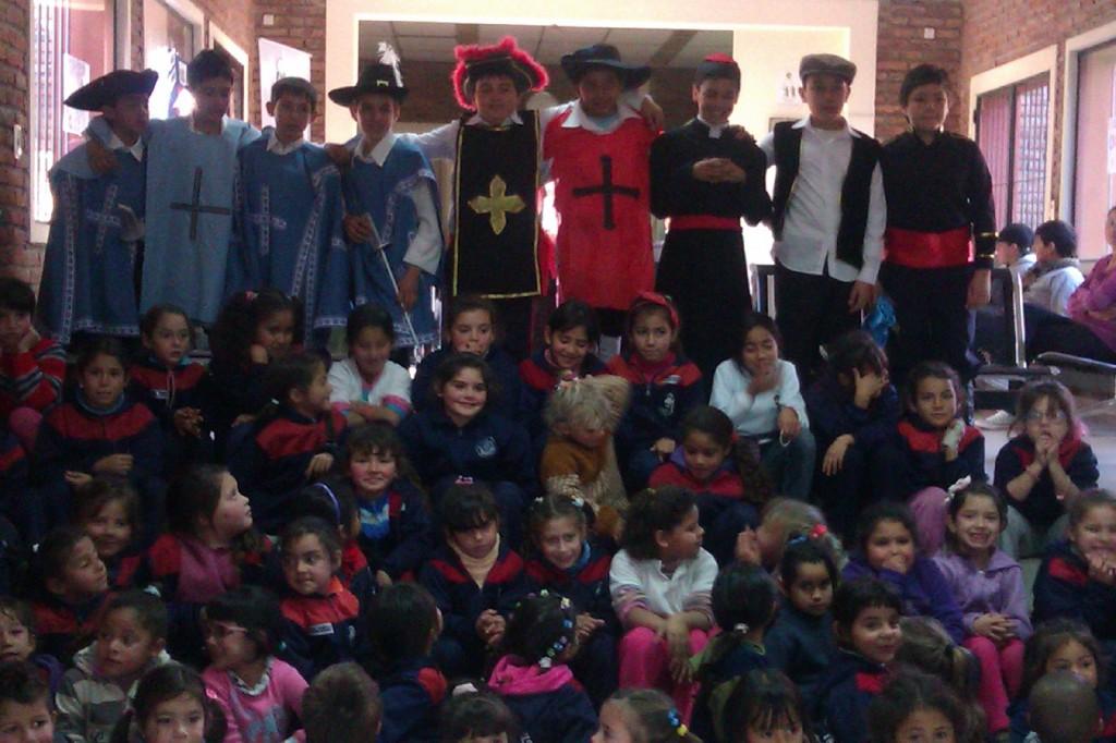 Visita de los Pinos al CADI con una obra de teatro.